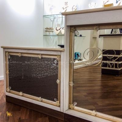 2019 год. Кассовая стойка в Бутике Di Murano Крокус Сити. Москва. Конструктив из качественной мебельной фанеры, отделка - массив бука, столешница - мрамор и .... изюминка - Классический венецианский зеркальный декор, который мы изготовили для этого проекта.