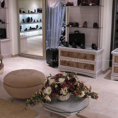 В период с 2002г. по 2010г. в нашей жизни было много обувных магазинов. Это Бутик 'Монте Россо' в г. Воронеж. И, как обычно, мы делаем все - от проекта интерьера, разработки и изготовления оборудования и элементов декора до финального декорирования, естественно в ночь перед открытием. Для изготовления оборудования этого магазина мы использовали массив дуба, натуральную кожу, искусственную замшу и декоративные покраски.