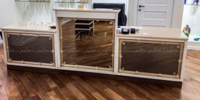 А это уже 2019 год. Кассовая стойка в Бутике Di Murano Крокус Сити. Москва. Конструктив из качественной мебельной фанеры, отделка - массив бука, столешница - мрамор и .... изюминка - Классический венецианский зеркальный декор, который мы изготовили для этого проекта.
