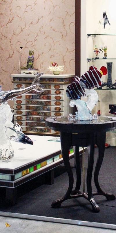 Столик-фонтан с подсветкой и наше торговое оборудование на выставочном стенде в Крокус Экспо