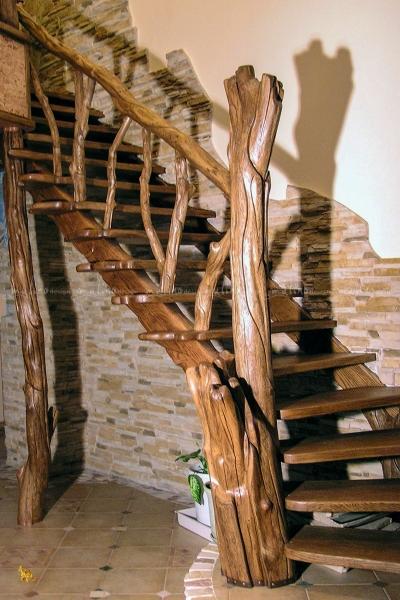 2009 г. Фрагмент Лестницы из массива дуба. Частный заказ. Весь проект интерьера этого дома делали мы, а так же изготавливали туда мнооого предметов интерьера.