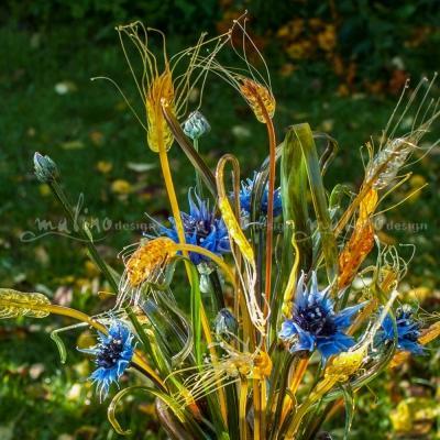 Хрупкие и нежные полевые цветы из стекла