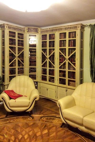 2014 г. Библиотека из массива дуба с декоративной покраской и вставками из мрамора. Фрагмент. Частный интерьер