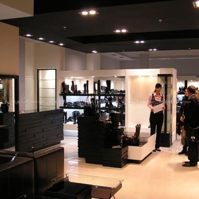 Это еще один обувной бутик 'Монте Россо' в г. Воронеж. Проект, разработка и изготовление торгового оборудования из дуба, натуральной кожи и стекла - наша работа.