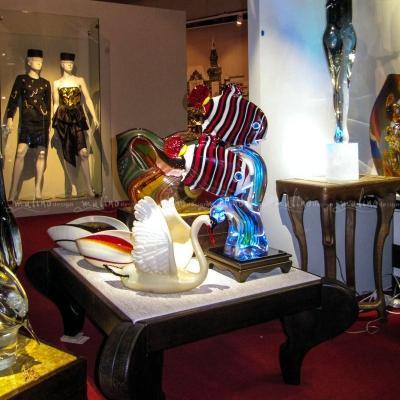 Торговое оборудование и столики с подсветко для стекла на выставке в Музее Москвы