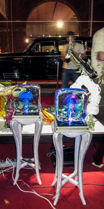 Столики-консоли с подсветкой для демонстрации изделий из стекла.
