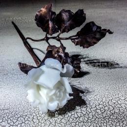 Стеклянная роза на медном черенке