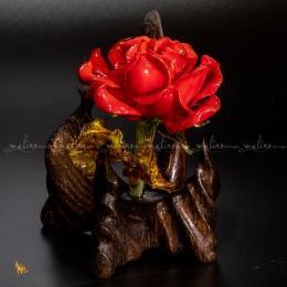 Стеклянная роза в деревянной вазе мини.