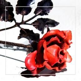 Цветок из стекла и металла